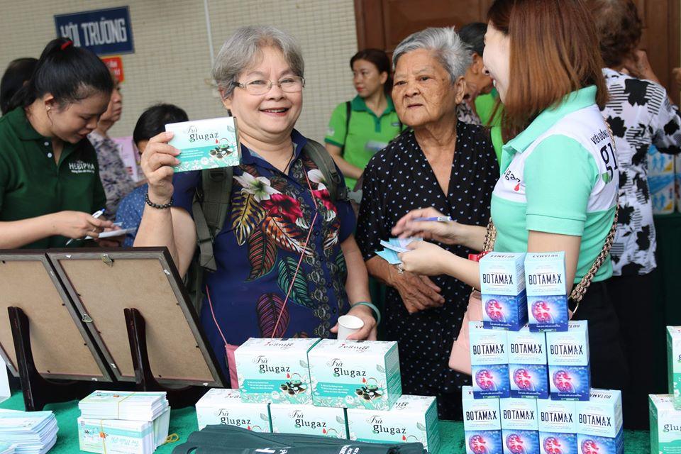Khách hàng được tặng hộp Trà glugaz miễn phí tại bệnh viện thống nhất TP.HCM