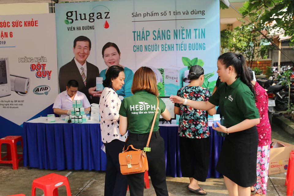 Tích cực tư vấn và cho khách hàng dùng thử sản phẩm Trà hạ đường Glugaz